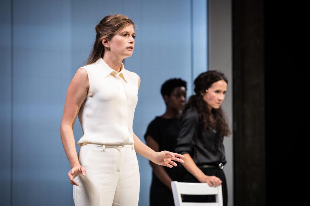 """Suzanne Aubert, Chloé Réjeon et Astrid Bayiha dans """"Iphigénie"""" de Racine, mise en scène de Stéphane Braunschweig"""