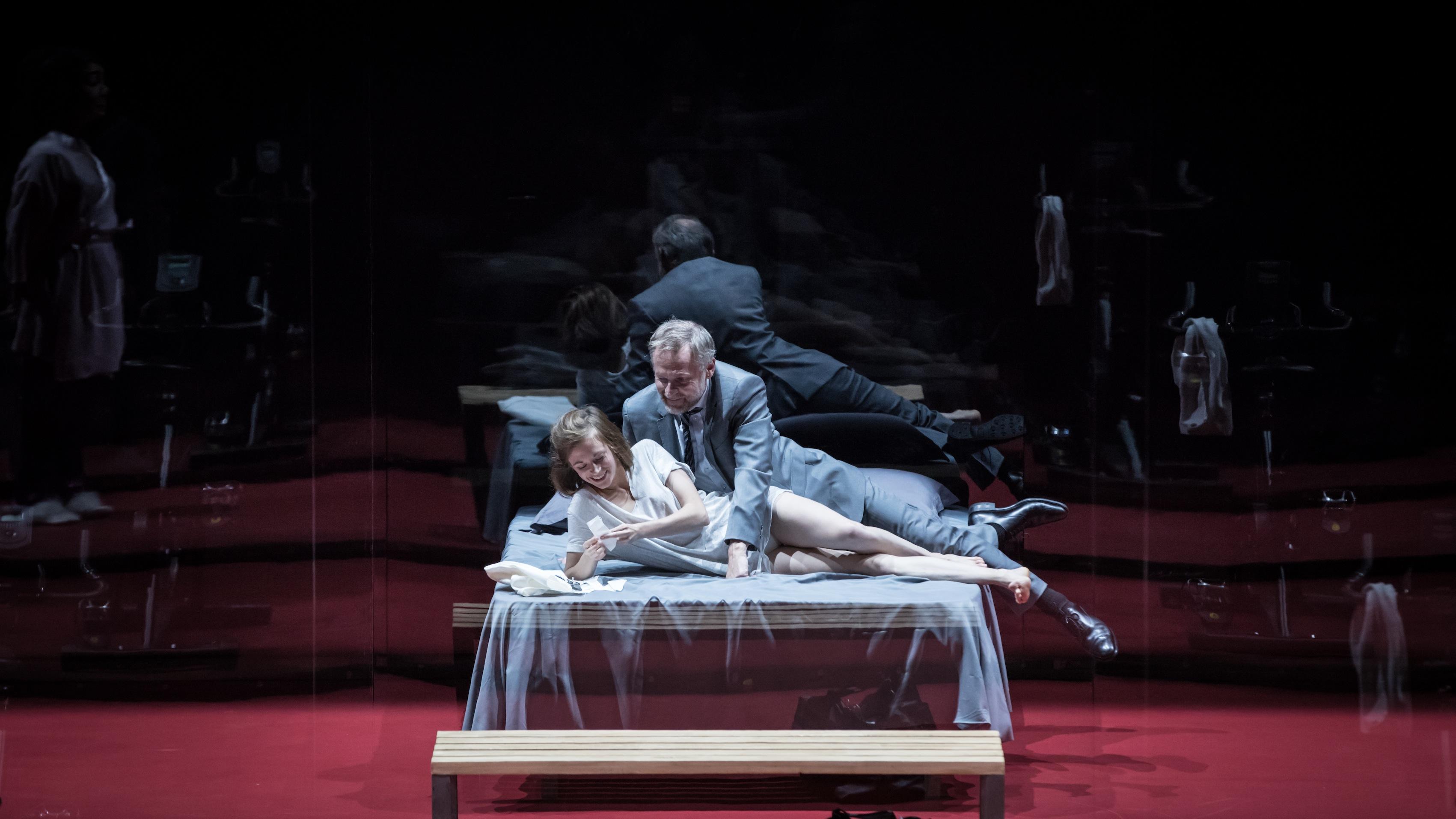 """""""L'École des femmes"""", mise en scène de Stéphane Braunschweig à l'Odéon-Théâtre de l'Europe- Suzanne Aubert et Claude Duparfait"""