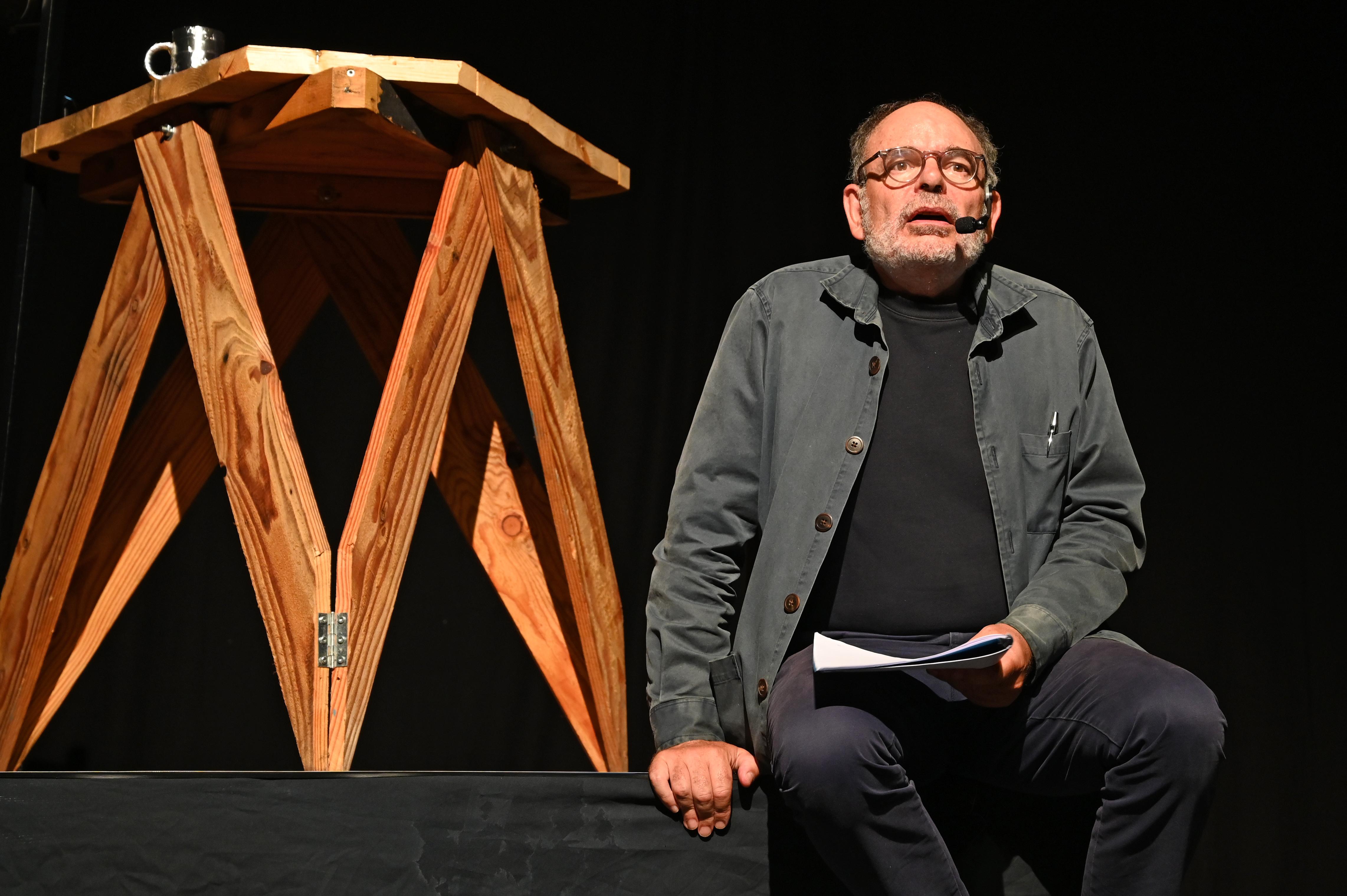"Jean-Pierre Darroussin lisant ""Mare Nostrum"" d'Aïko Solovkine- Photo: Boris Didym"